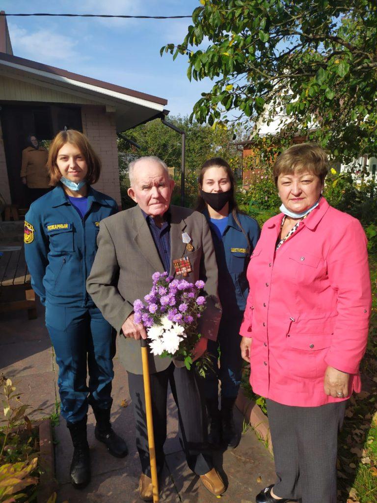 Поздравление ветерана Ю.М. Лесина. У дома.